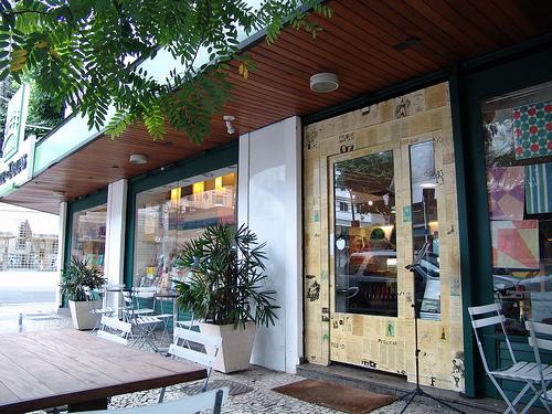 Livraria Ponde de tábuas: Rua Jardim Botânico, 585, esquina com J.J. Seabra (onde se localiza a sorveteria Mil Frutas)